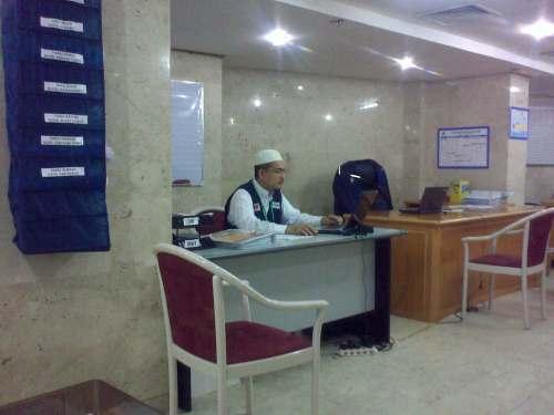 Hj Hadi sedang khusyuk di mejanya